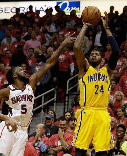 13-14NBAプレーオフ1回戦(7回戦制)、アトランタ・ホークス(Atlanta Hawks)対インディアナ・ペイサーズ(Indiana Pacers)第6戦。アトランタ・ホークスのデマール・キャロル(DeMarre Carroll)をかわし得点を狙うインディアナ・ペイサーズの...