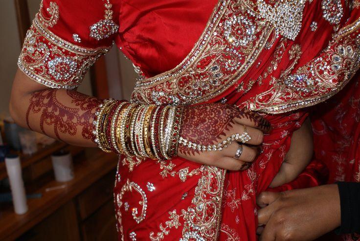 wedding bangles #bridaljewellry #redsari