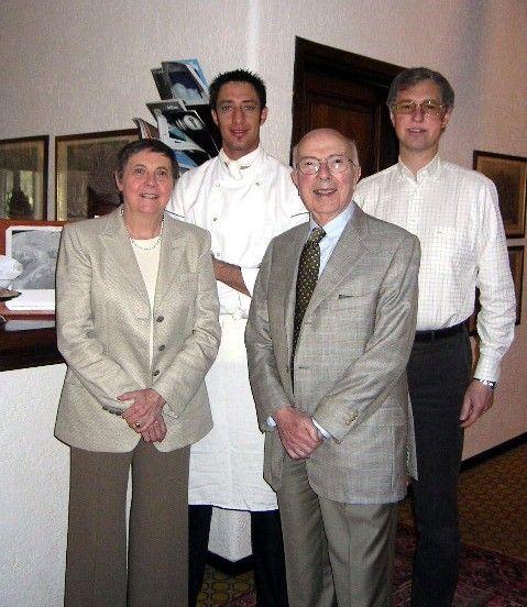 Renato e Maureen Dulbecco - premio Nobel per la medicina nel 1975 - con Edmondo Segre e lo chef Luigi Taglienti