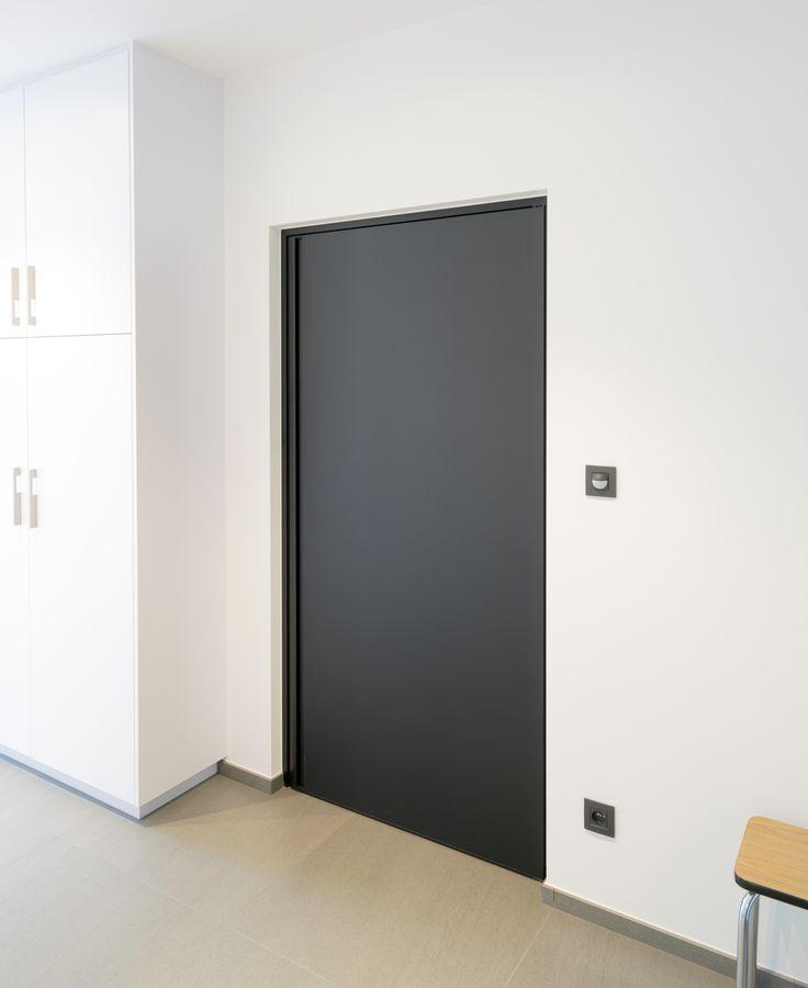 Moderne zwarte deur op maat van het Belgische merk Anyway Doors.