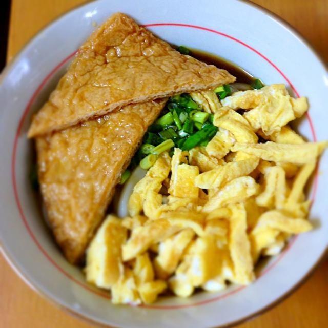 今日の昼は『ぶっかけうどん』を食べました。飾り付けは?卵焼きとネギと油揚げです。美味しかったです。 - 5件のもぐもぐ - ぶっかけうどん by minato20