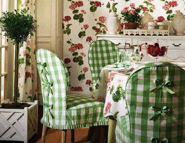 A jól megválasztott színű textíliákból varrt asztalterítőkkel és székruhákkal a konyha, vagy az étkező hangulatát teljes egészében megvál...