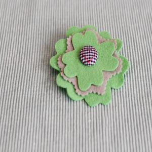 Groen en grys felt blom borsspeld R45