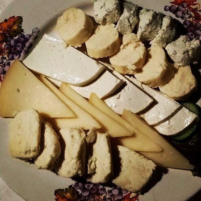 Tagliere di formaggi tipici della Transilvania...davvero sfiziosi. Abbiamo abbinato il tutto a un #vino bianco di una varietà locale: Feteasca alba. Eccellente.  Typical #cheese from Transilvania mountains. Excellent with Feteasca alba, a white #wine variety from Romania. Great choice!  #foodie #foodporn #food #instafoodie #instagood #yummy #yum #cheesey #winelover#wineeveryday#winetime #instawine #winesnob#whitewine #vegetarian #aperitif#aperitivo #starter#formaggio#fromage #queso