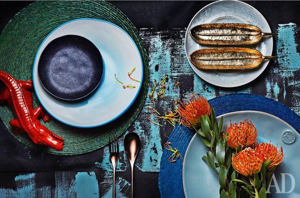 Слева направо: крокодил, керамика, Villari, 7050 руб.; подставки под тарелки (зеленая и синяя), пальмовое волокно, Crate & Barrel, 450 руб.; тарелка, керамика, Rosenthal, 1067 руб.; черная тарелка Baird, керамика, Crate & Barrel, 450 руб.; вилка и ложка из коллекции H-Art, сталь, Sambonet, цена по запросу; тарелка, керамика, Fancy, 1200 руб.; два блюдца-пера Athena Trays, металл, Lunares, 2842 руб. каждое; тарелка, керамика, Westwing, 5200 руб. за набор из 6 штук.