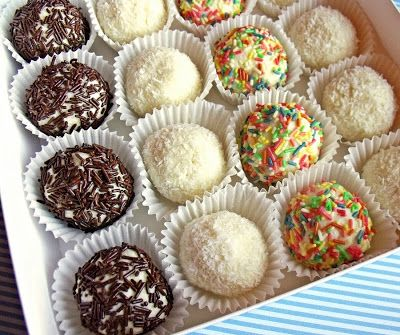 Házilag készült Raffaello golyók, most nem csak kókuszreszelékbe, hanem cukor- és csokoládédarába is forgatva.   Hozzávalók  60 ml víz ...