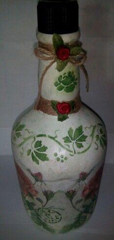 Botella decorada con decoupage, stencil y sellos.