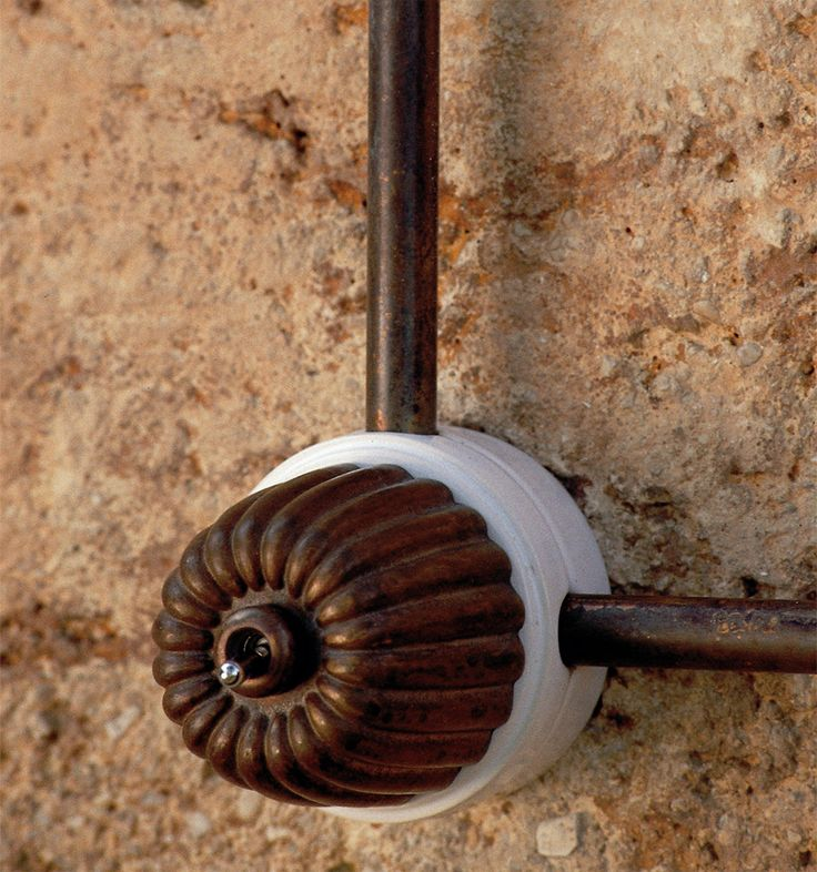 Impianto a vista-Interruttore a parete, con base in ceramica, smaltata bianca e parte superiore in fusione di ottone