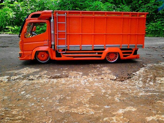 Truck miniatur terbuat dari kayu jati