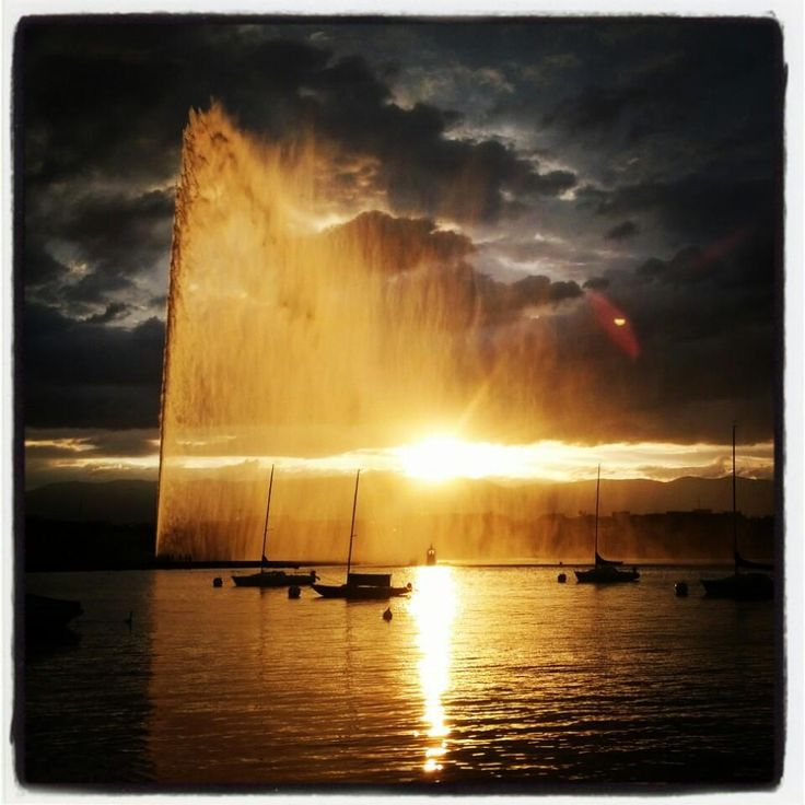 Le Jet d'Eau / Water Fountain - In the middle of the lake in Geneva the water fountain shoots water up to 140m, its even visible from the mountains surrounding #Geneva