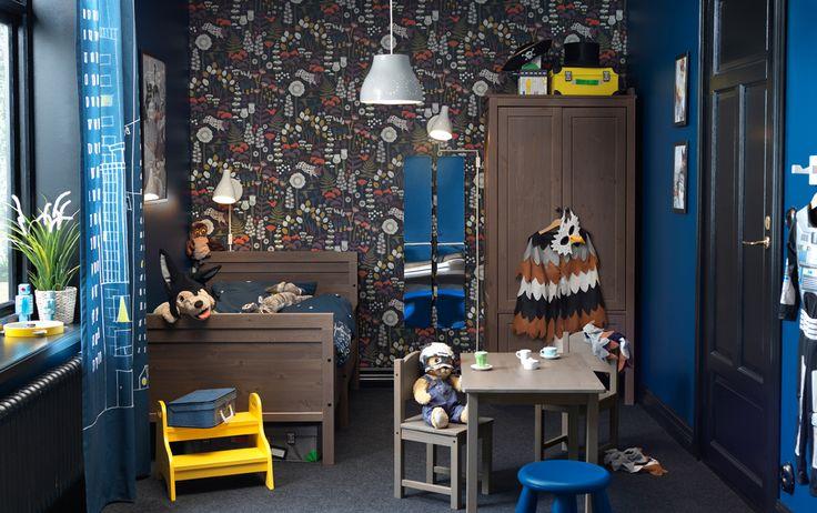 Tmavě hnědý a temně modrý dětský pokoj, postel, šatní skříň, stůl