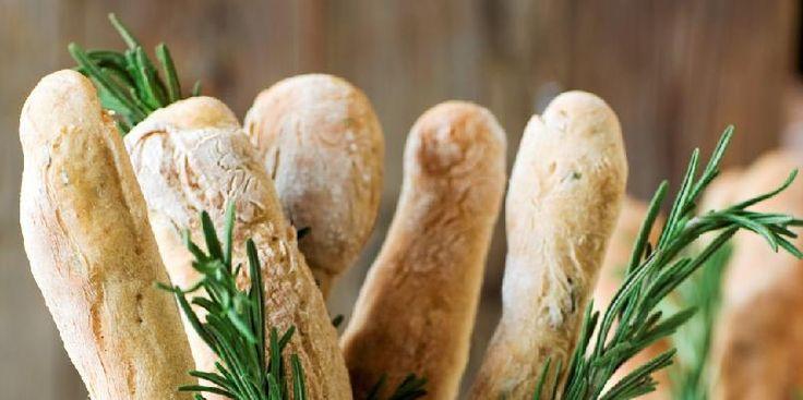Rosmarinbrød - Rosmarinkrydrede porsjonsbaguetter er supert til fest. Bak dem i god tid, frys dem ned og varm dem opp rett før gjestene kommer.