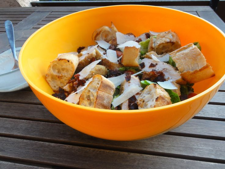 Cette salade si célèbre et que l'on peut improviser avec ce qui reste dans le frigidaire, voilà une bonne idée de repas rapide (15 minutes dixit Jamie Oliver) et rafraichissant lorsque les températures grimpent... Pour la petite histoire, la salade Caesar...
