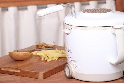 Nettoyer une friteuse - 1.Videz toute l'huile de votre friteuse. 2.Versez-y les cristaux de soude. 3.Ajoutez-y aussitôt de l'eau bouillante et du vinaigre blanc. 4.Laissez agir quelques minutes. Une réaction naturelle va se produire, celle-ci est sans danger. 5.Frottez votre friteuse, puis rincez-la.