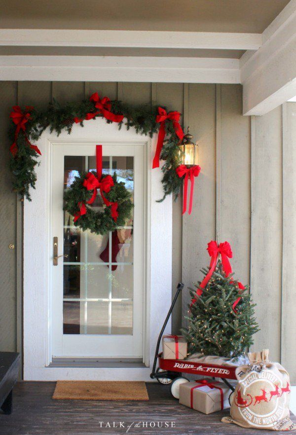 Lovely idea for Christmas porch decor with a toy wagon and presents @istandarddesign