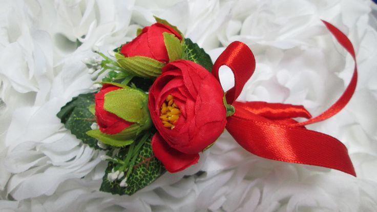 Бутоньерка для жениха или друзей жениха с красными розами. #свадьбы #бутоньерка #красный #soprunstudio
