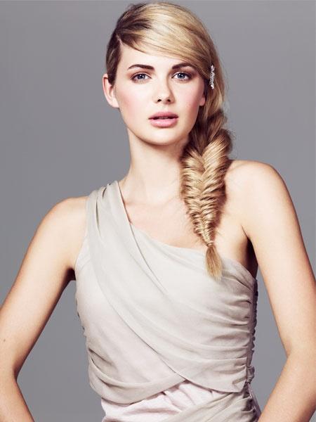 Der Fischgrätenzopf ist DER Trend schlechthin. Ist auch gar nicht schwer nachzumachen... #styling #hair
