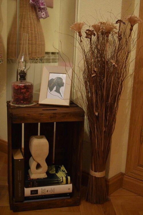 Caja de fruta de madera antigua restaurada como mesilla