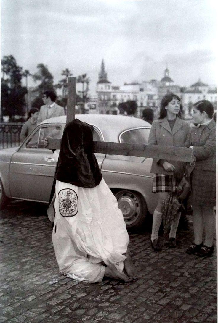 Penitente de la Hermandad de la Estrella en el puente de Triana. 1976. Fotografía de Serafín Sánchez Rengel.