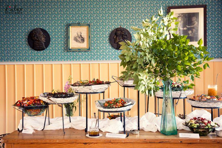 Beautiful summer wedding Buffet setting #finland #porvoo #summer #wedding #kialamannor #kiialankartano