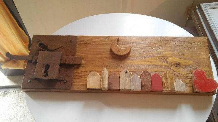 piccole creazioni in legno dei pallet: quadretto con casette e serratura in legno 100% recuperato da pallet
