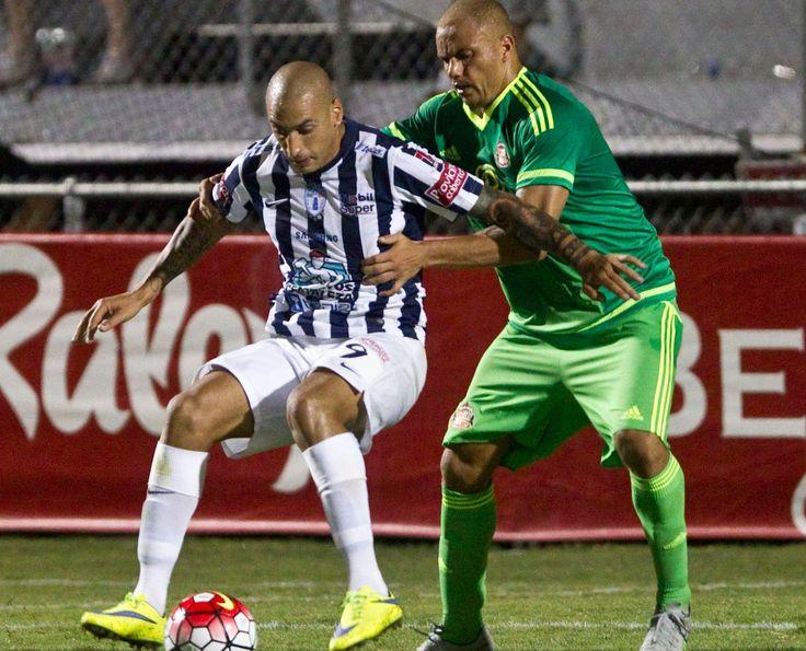 Sunderland's Wes Brown (R) in action against CF Pachuca's Ariel Nahuelpan