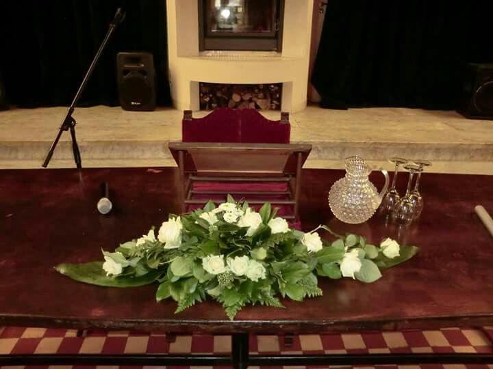 Langwerpig bloemstuk, witte rozen voor bruiloft #by Elske
