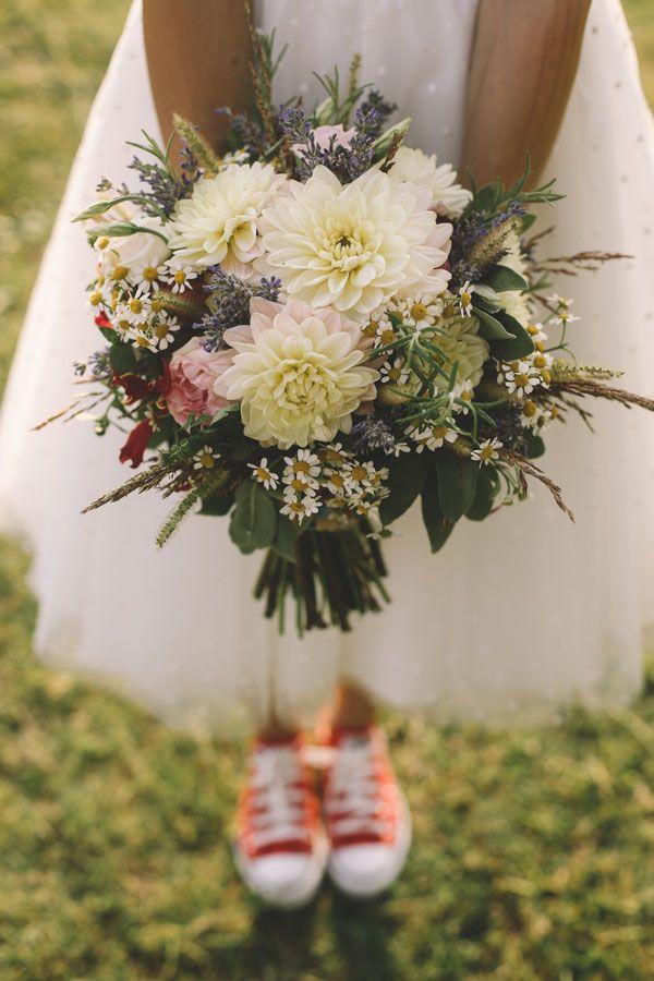 dahlia bouquet - love the red converse! http://weddingwonderland.it/2015/05/matrimonio-rockabilly-colorato.html