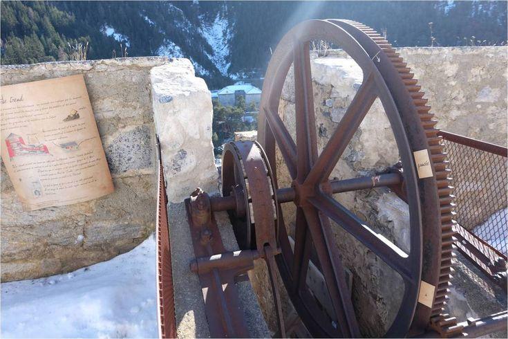 Pour découvrir la phrase secrète, dont les mots sont écrits sur le bord de la roue, il faut actionner le treuil !