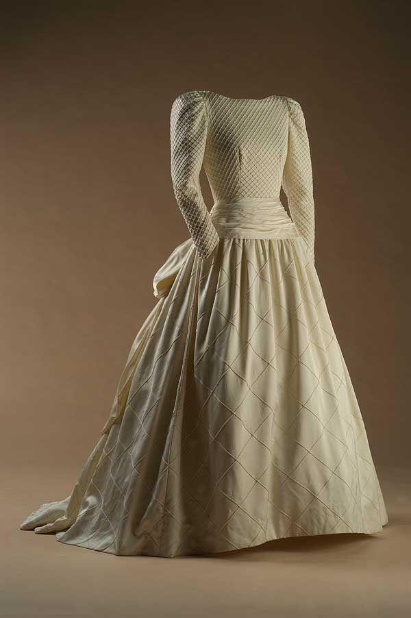 Vestido dello stilista spagnolo Chus Basaldúa del 1988, realizzato con una combinazione di tre tessuti differenti, con una fascia di seta co...
