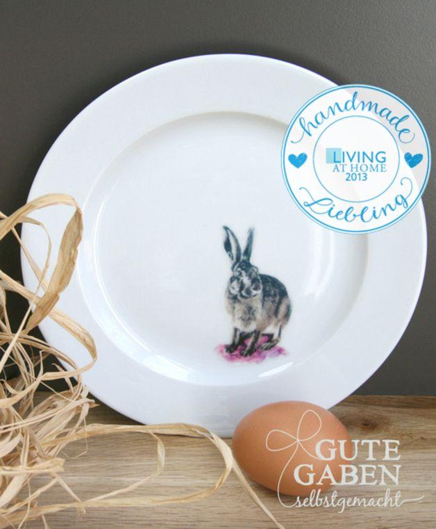 *Living at Home* Handmade Liebling April 2013  Heute auf dem Teller: Süßer Hase. Ein feiner Dekoteller zu Ostern. Sieht gut aus an der Wand, auf dem Ostertisch oder im Regal.  Schön zum...
