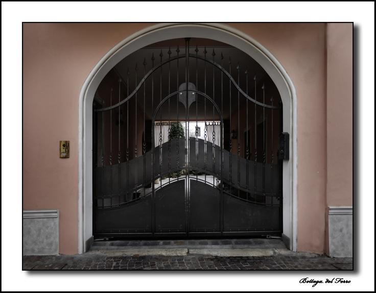 Cancello in ferro a doppio battente con passaggio pedonale di Bottega del ferro. Italian quality. Iron gate double doors with pedestrian crossing.