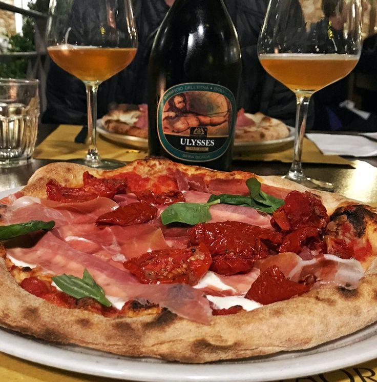 Pizza de prosciutto, tomate seco (como deve ser, ainda suculento!) e queijo de cabra na Vila Zuccaro, em Taormina