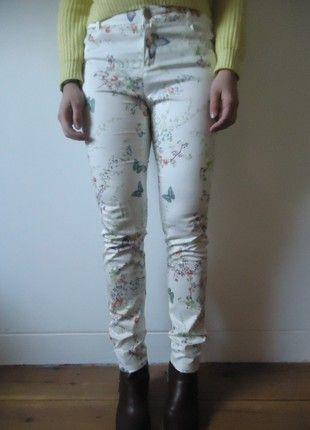 À vendre sur #vintedfrance ! http://www.vinted.fr/mode-femmes/pantalons-imprimes/54213592-pantalon-slim-blanc-avec-imprimes-fleurs-taille-38-40