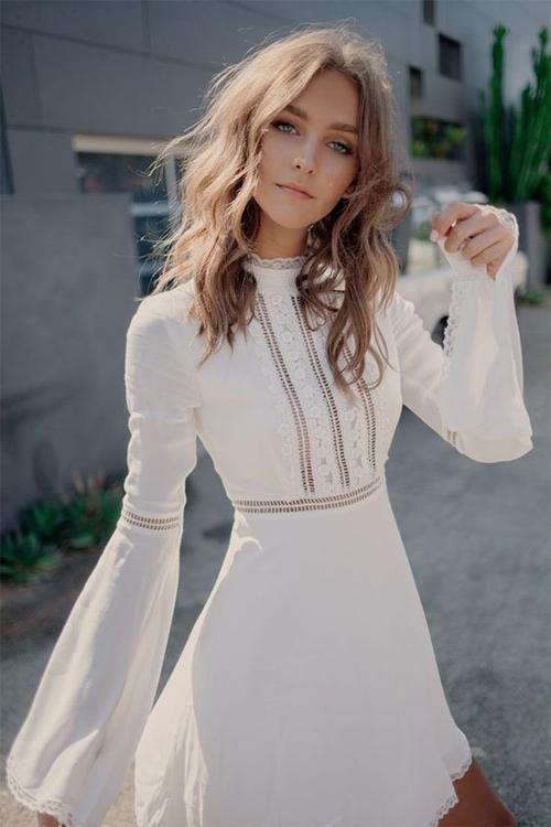 Weißes Glockenärmel-Minikleid mit hoher Taille …