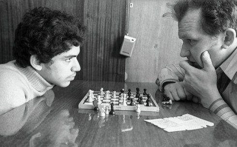 L'entraîneur de Garry Kasparov de 1976 à 1990, Aleksandr Sergeevich Nikitin (né le 27 janvier 1935). Maître des Sport URSS (1952), membre de l'équipe soviétique victorieuse des championnats du monde étudiant des échecs 1955, 1957, 1958 - Photo: V. Kalinin, RIA Novosti #Echecs #Chess #Ajedrez #Шахматы #Schach #Scacchi #Sjakk #Xadrez