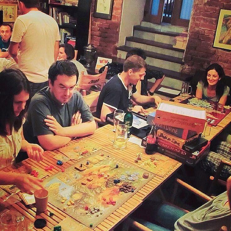 Vinerea aceasta ne întâlnim la Journey Pub pentru o nouă seară energizantă cu boardgames poveşti şi lume veselă www.SingleBell.net | link in bio