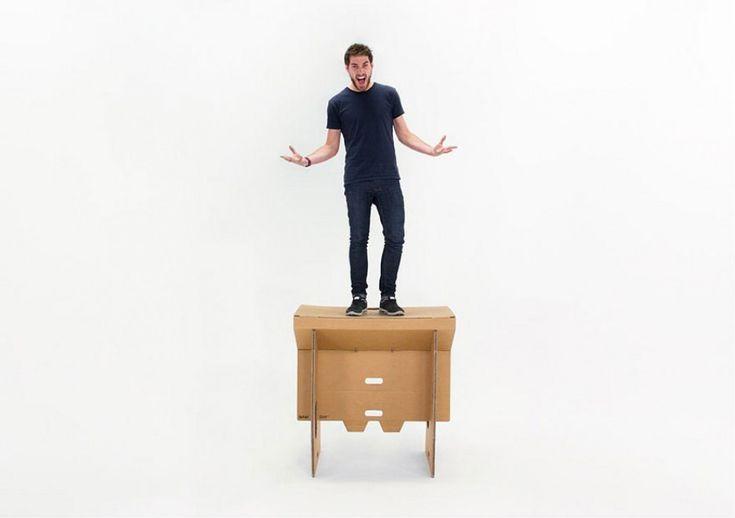 """Per assecondare il ritmo frenetico del mondo del lavoro,     un team di    progettisti   neozelandesi ha creato """"Refold"""", una vera e propria scrivania portatile. Fatta di cartone, Refold è   """"  flessibile  ,    pieghevole  ,    portatile  ,    economic"""