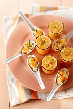 Zalmsoep & Zalmsalade (Appel+mango in miniblokjes mengen met 1 el citroensap en 6 sprietjes gehakte bieslook, 125 ml demi-crème fraiche mengen met 50 gr gerookte zalm in reepjes. Appel-mangomengsel verdelen over amuselepels, romig zalmmengsel erop en garneren met 50 gr reepjes gerookte zalm en 6 sprietjes bieslook)