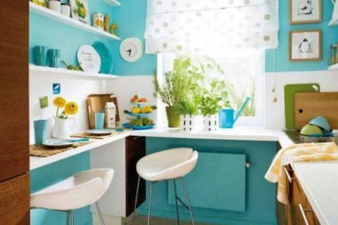 Кухня со стенами цвета лазури