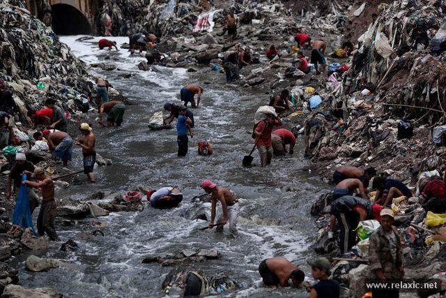 """Гватемала - столица одноименного государства в Центральной Америке и крупнейший город этого региона. Как и в любом мегаполисе, в нем проживают люди, которые находятся далеко за чертой бедности. В поисках заработка и пропитания многие из них помногу часов проводят на городской свалке, которая в Гватемале известна под названием Шахта (""""The Mine""""). Такое название ей было дано неслучайно - в огромнейших мусорных завалах выкопаны ходы и тоннели, похожие на реальные горные выработки. В мусорные…"""