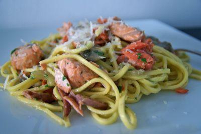 Deze spaghetti met zalm is lekker, gemakkelijk en super snel , in nog geen 15 minuten heb de pasta op tafel staan. Door de gerookte zalm is dit gerecht qua smaak wat complexer dan dat je alleen verse zalm gebruikt. Je kunt variëren door de spaghetti bijvoorbeeld te vervangen door groene (spinazie) tagliatelle. De zalm past daar ook uitstekend bij.