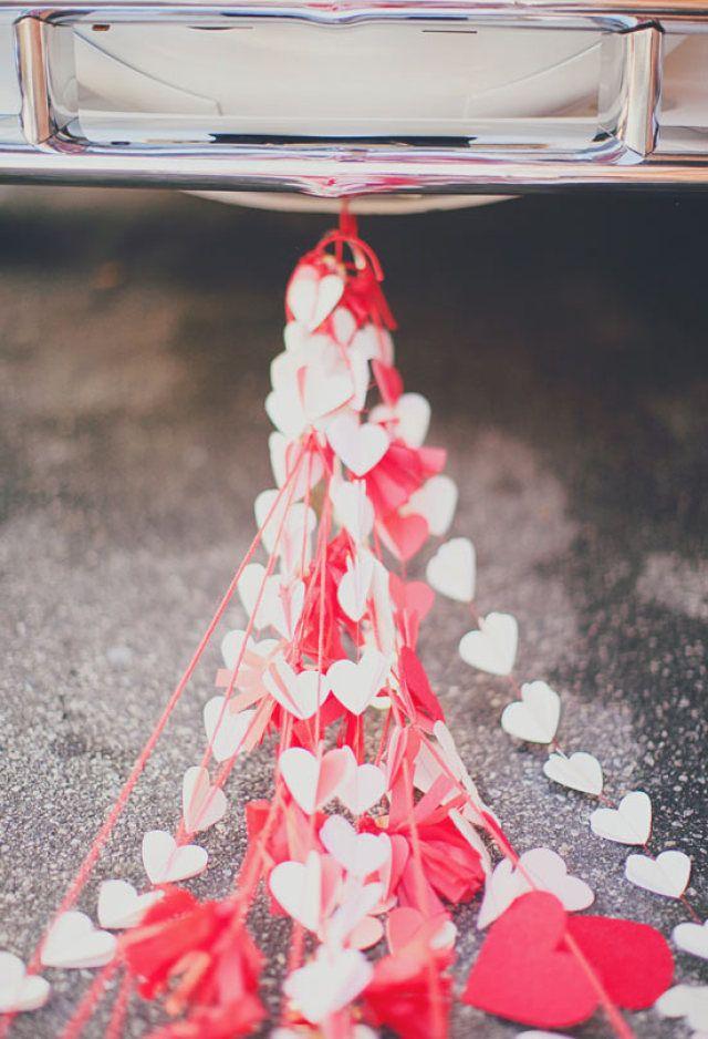Schattige hartjes voor achter de auto #trouwauto #decoratie #versiering #alternatief #hartjes #slingers Alternatief voor de blikken achter de trouwauto   ThePerfectWedding.nl   Fotocredit: Our Labor of Love