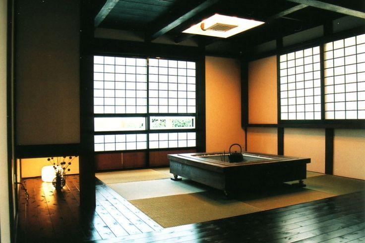 『弘前の家』明るく風通しのよい住まいへの部屋 囲炉裏のある和室