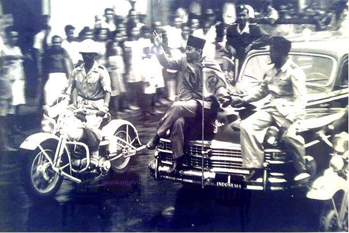 29 October 1945, Soekarno riding in Surabaya. before Brigadier General Mallaby was killed