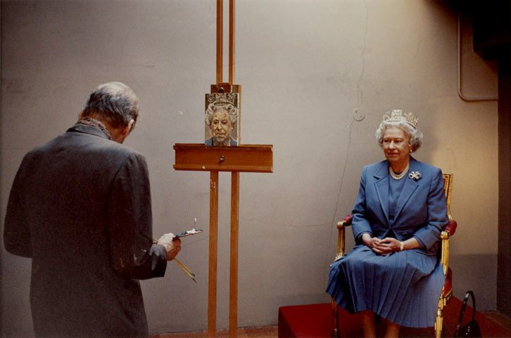 Lucian Freud painting the Queen of England, 2001.   Photo by David Dawson.  (http://www.dailymail.co.uk/news/article-2136696/Lucian-Freud-leaves-record-96m-Famed-portrait-painter-s-estate-largest-bequeathed-British-artist.html)