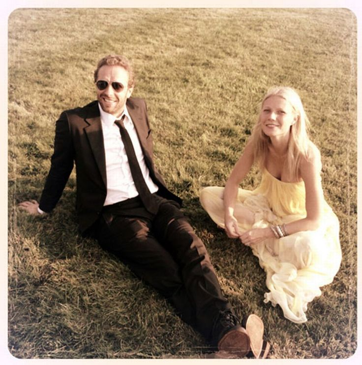 Gwyneth Paltrow and Chris Martin > http://www.cosmopolitan.it/star/coppie-famose/news/a96878/gwyneth-e-chris-martin-separati-e-contenti/