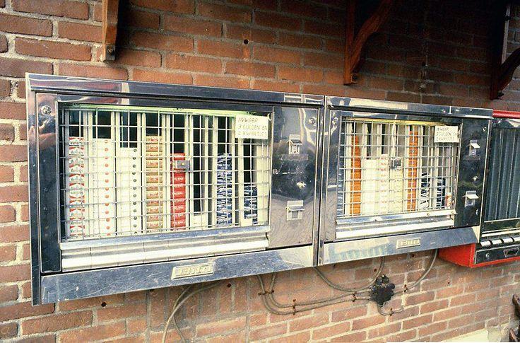 Weg uit het straatbeeld. De sigarettenautomaat Ik moest voor mijn vader vaak sigaretten halen en het wisselgeld wat op het pakje zat mocht ik houden.