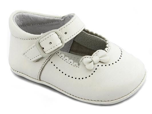 Discover one of our most chic white leather patent shoes for baby girls decorated with a leather lace same color as the shoes and with scallops edge make this shoes unique in the market. You can not miss it in the closet!!