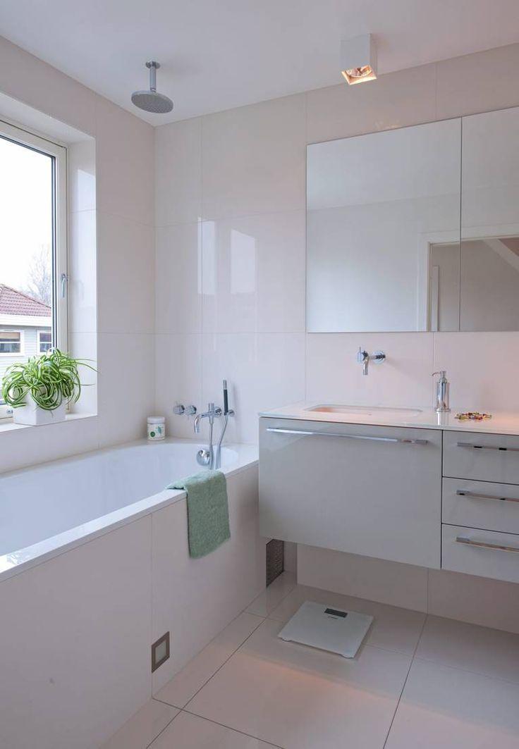 Det helhvite baderommet er minimalistisk med rene linjer og blanke overflater. Her kan du velge om du vil ta deg et avslappende bad, eller om du vil la vannet str�mme fra dusjhodet i taket og ta en kjapp dusj.